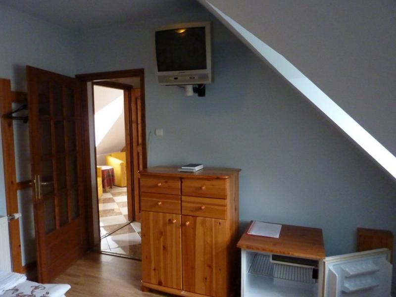 zimmer in der stadt p pa zu vermieten mit m bel aus tannenholz geschlossener parkplatz. Black Bedroom Furniture Sets. Home Design Ideas